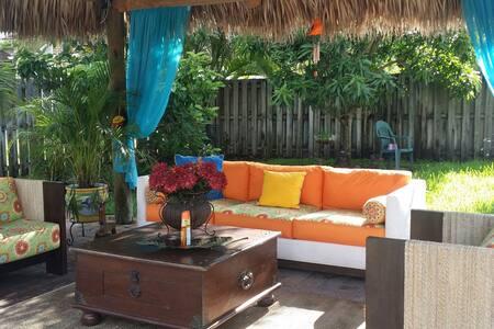 Master suite with beautiful Tikihut - Miami - Bed & Breakfast