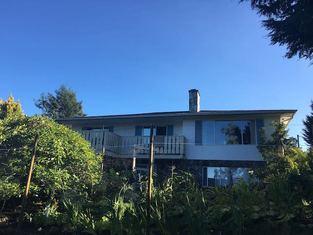 Quiet 2 bedroom private suite near beach and UVic