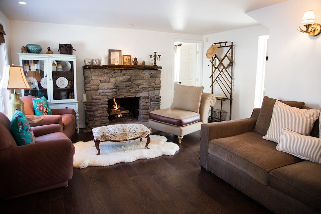 A great fireplace with an easy gas log in the living room