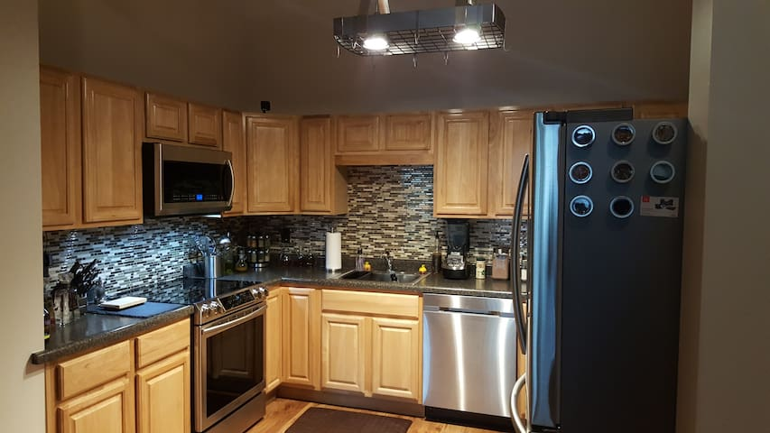 Luxury Condo, with all amenities - Fitchburg - Selveierleilighet