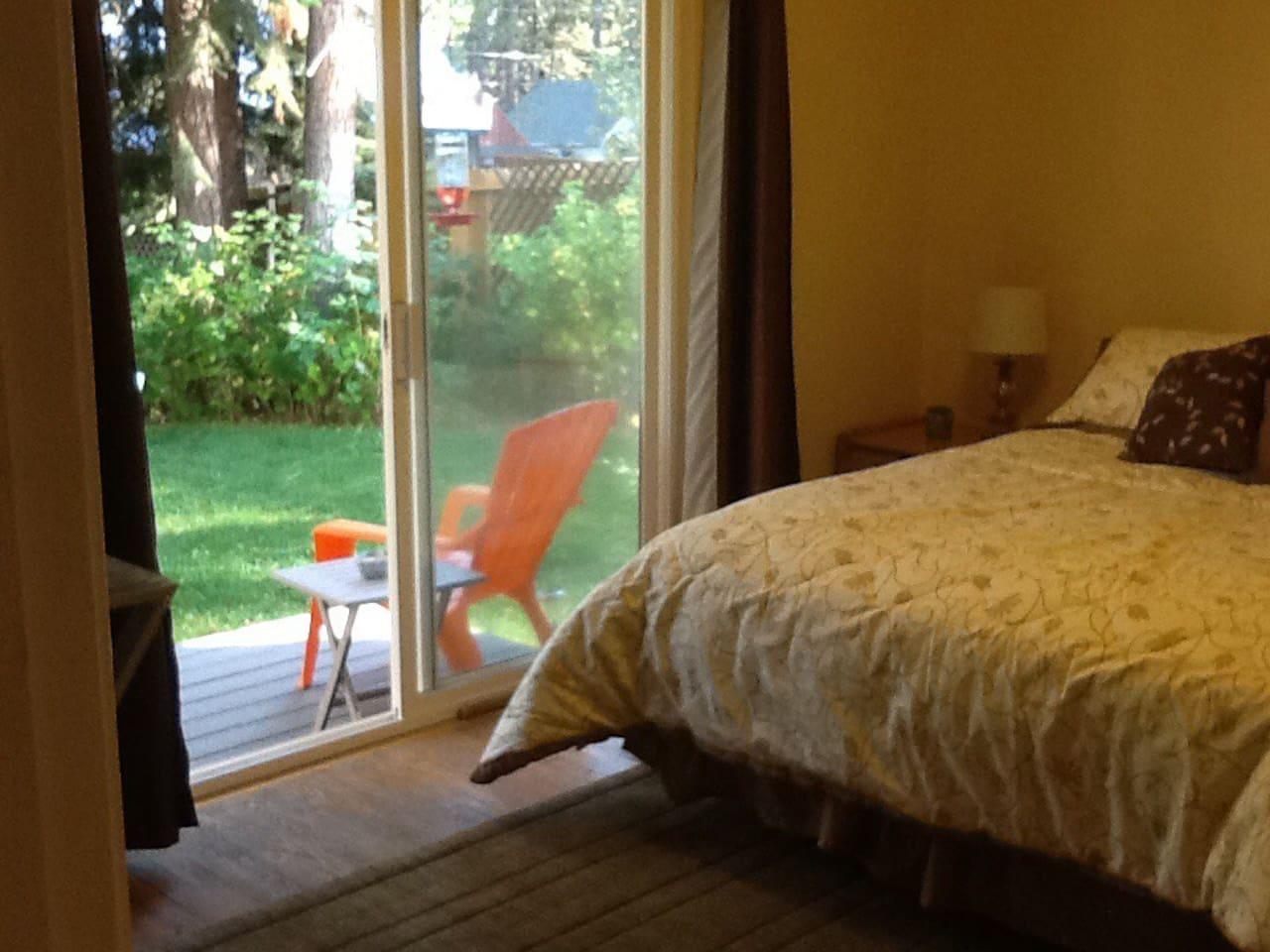 Cheery garden room, waiting for you.