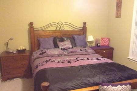 Beautiful Lake View room/queen bed - Lawrenceville