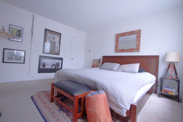 Walkable Santa Monica private Bed/Bath