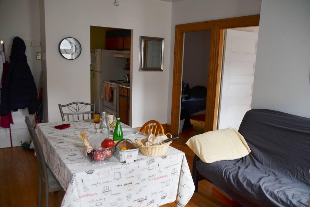 Le salon dessert les chambres et la cuisine.