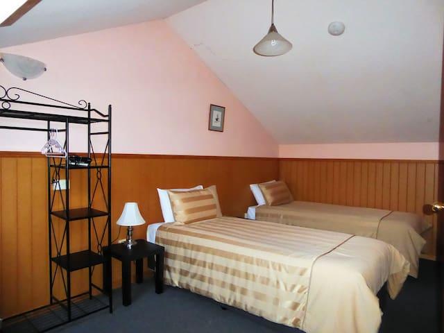 Twin singles Room Wattle Cottage, Platypus Park Country Retreat, Bridport.