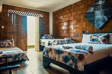 Hospedate en Acuali comodidad y confort todas las habitaciones son privadas con aire acondicionado. Se pueden hospedar hasta 4 huéspedes en la misma habitación