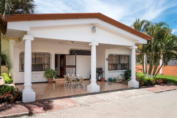 Nice room in a fantastic location - Santa Ana - Casa