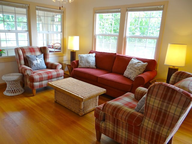Bright and Spacious Downtown 5 Bedroom Retreat - Mt Shasta - Casa