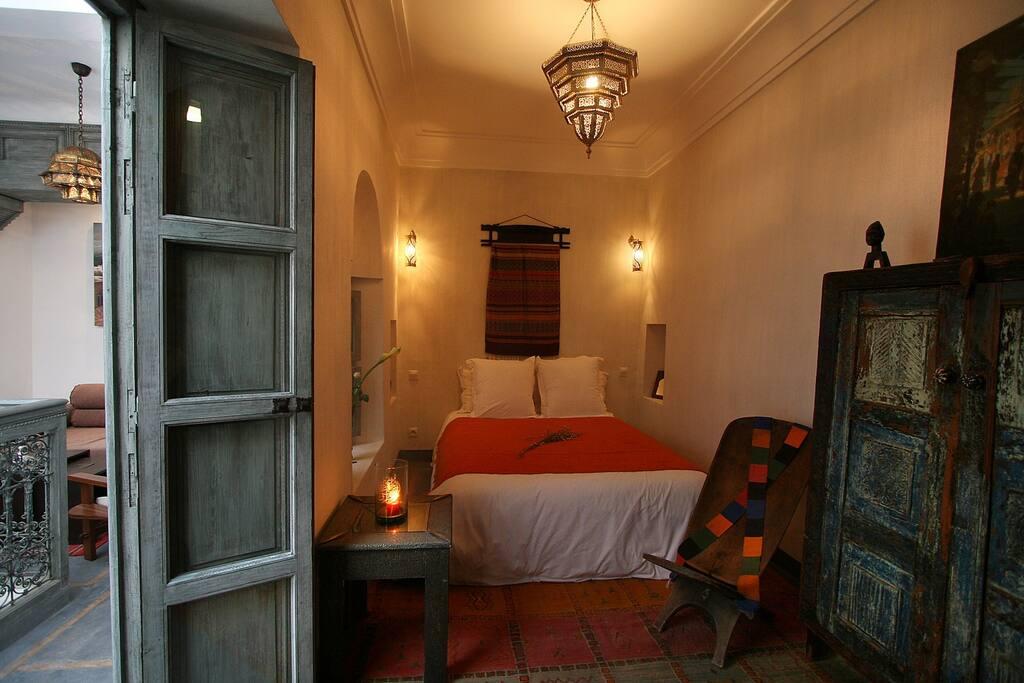 Chambre Voyage, au premier étage du Riad, peut être aménagée avec un grand lit ou deux lits simples
