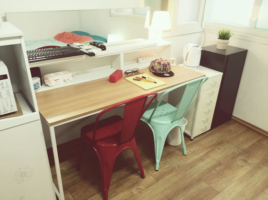 Makeup, tea-time, multi-purpose table that can be used laptops.