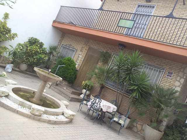 fallas easter, single quiet room big house - Alborache - House