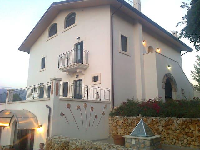 Camera nel Parco degli Asinelli - Introdacqua - 家庭式旅館