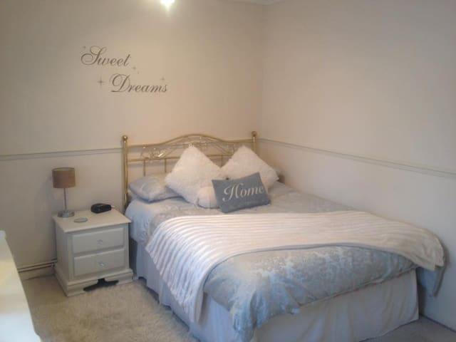Light & Spacious double room, Breakfast included