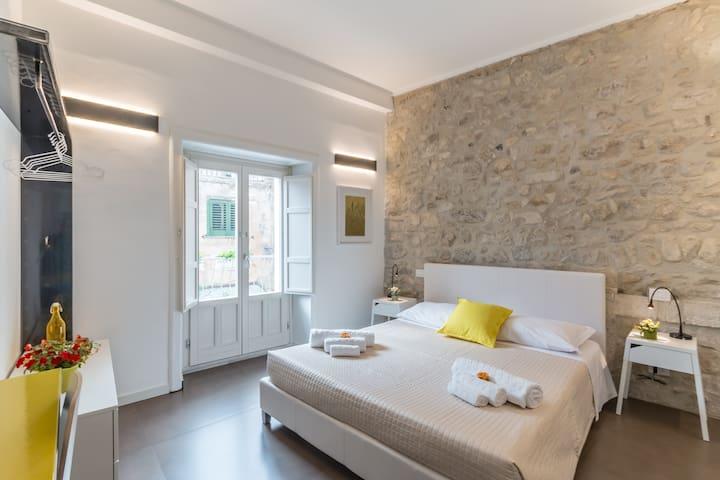 Camera 1: Matrimoniale (con balconcino e bagno privato)