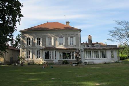 Domaine de l'Ourseau - ARSAGUE - ที่พักพร้อมอาหารเช้า