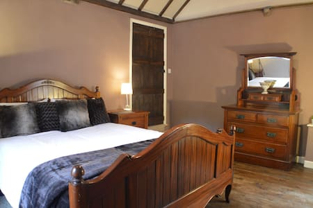 Lovely room in 16th century house - Madeley - House