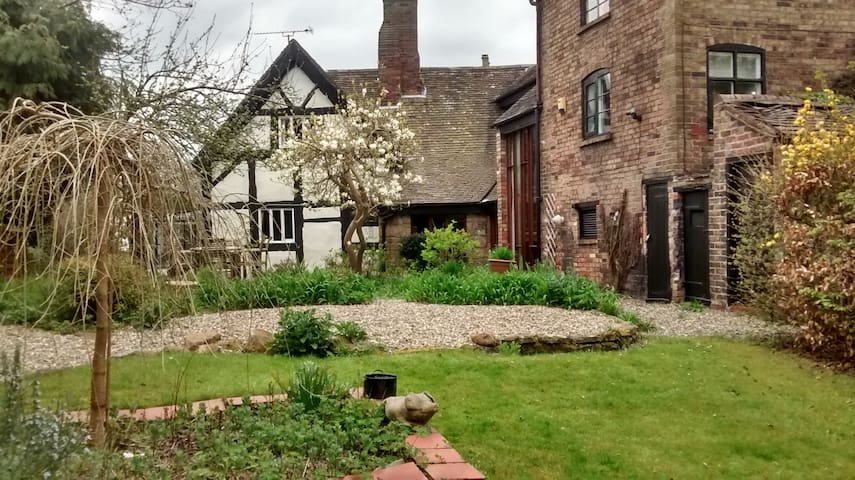 Lovely room in 16th century house - Madeley - Casa