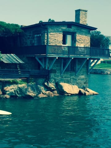 Waterfront Stone Cottage - Branford - Maison