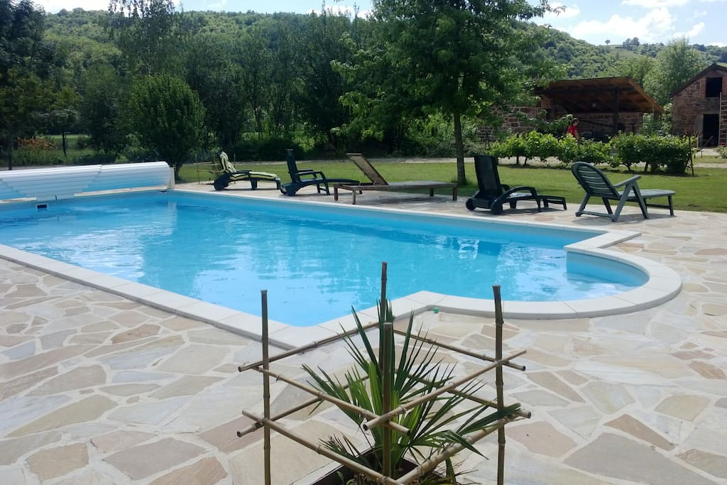 piscine et ses transats