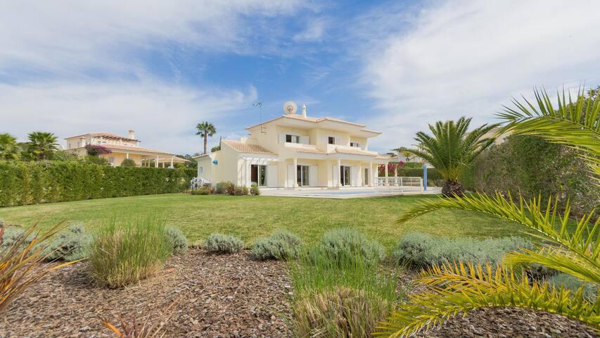6 bed Villa, private pool, Free WiFi, SKY TV & A/C - Almancil - Hus