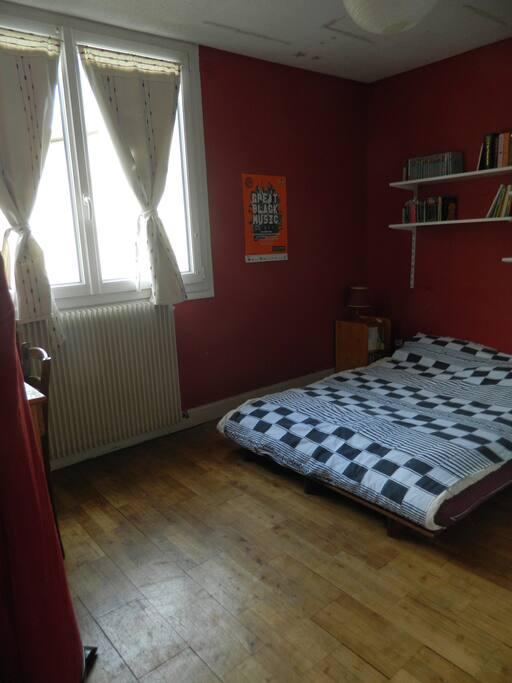 Chambre de 10m2 avec un grand lit appartements louer for Chambre 10m2
