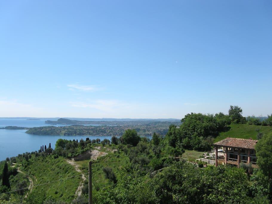 una vista sul lago