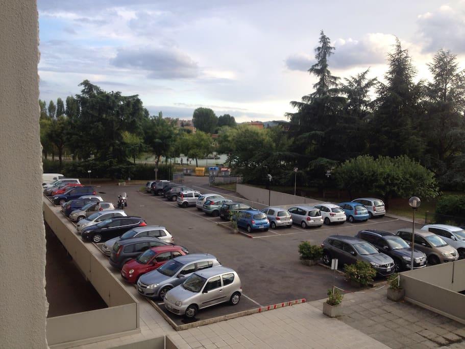 Parcheggio privato per i condomini e sullo sfondo il bellissimo parco con laghetto