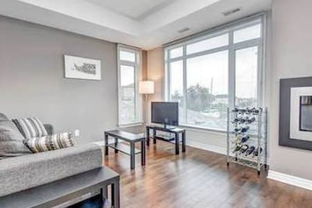 Bright 2 Bedroom with Free Parking
