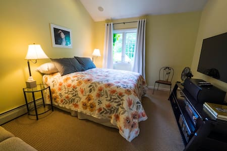 Pvt bath and entrance, 2 rooms, walk to NYC train. - Village of Pelham, Westchester County