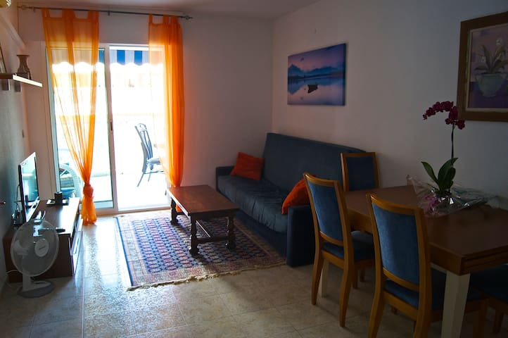 Cozy two-bedroom with pool, 10 min from the beach