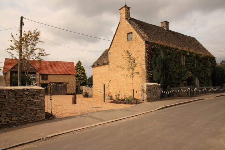 17th Century Cotswold Farmhouse - Sopworth