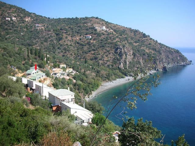 House Overlooking Pristine Beach - Πέρα Μελανά - Rumah