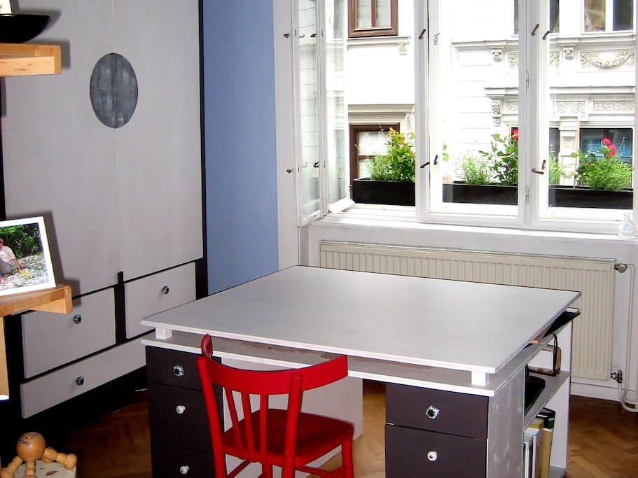 großer Tisch, ein Sessel & Fauteuil im Gästezimmer