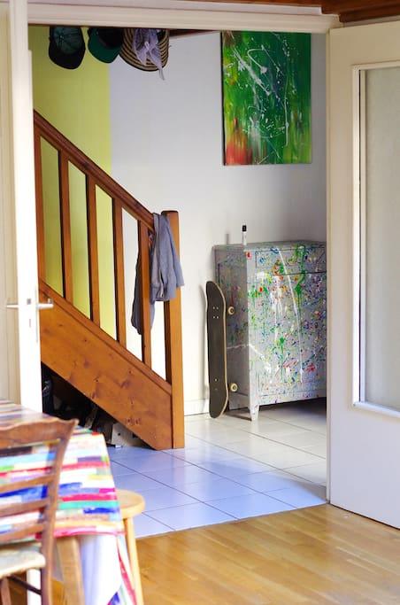 L'escalier donne accès à une mezzanine où se trouve le coin TV ainsi qu'un canapé lit  pour accueillir habituellement les amis.