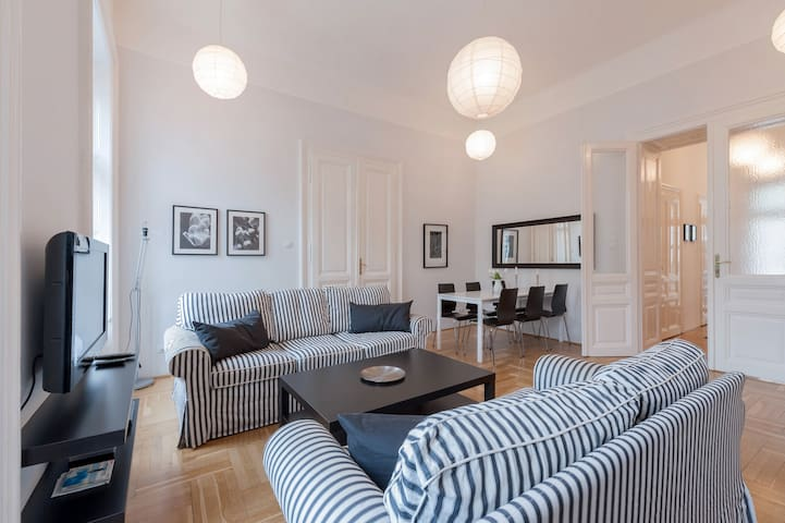Black & white apt w/ 3 separate bedrooms in center - Budapest - Condominium