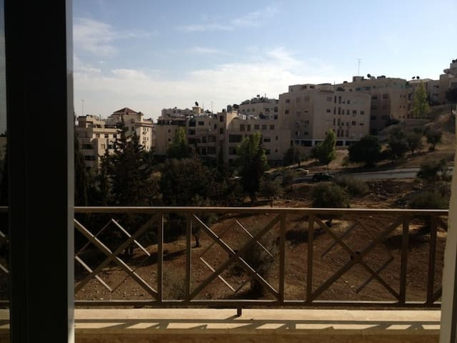 Gorgeous apartment in Rabieh..Very well kept. Great location nearby a variety of cafes and restaurants. 5 minutes by car from downtown amman.