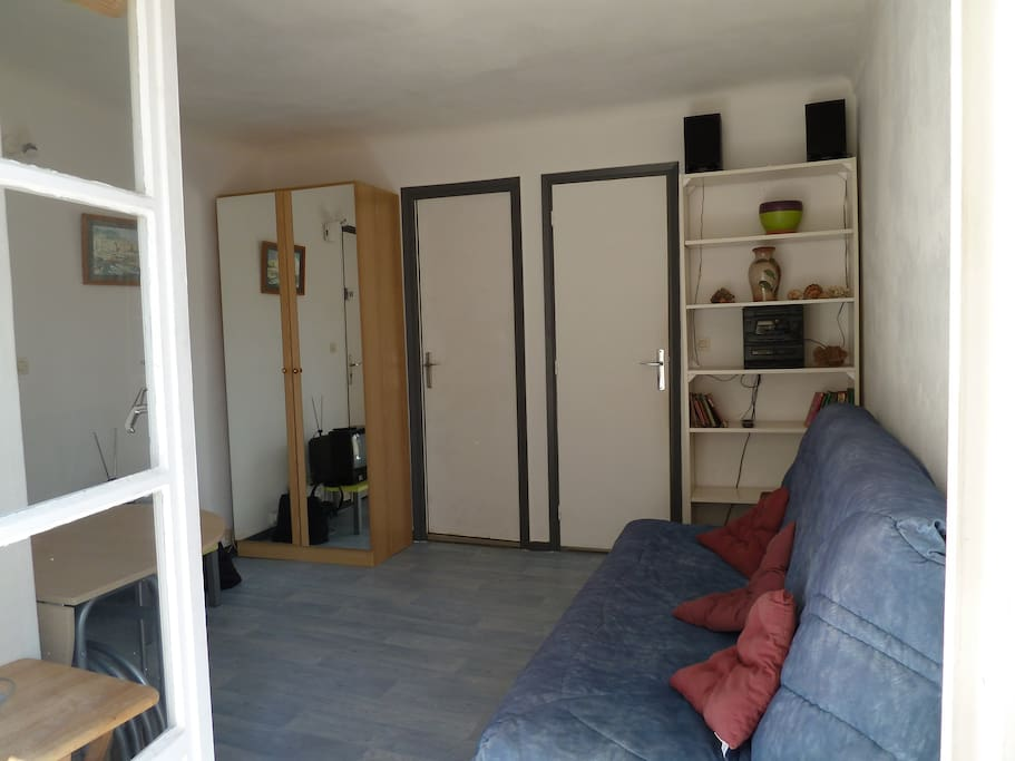 placard, portes de la cuisine et de la salle de bain, bibliothèque avec chaine stéréo