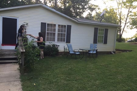 Furnished room with Comfy Queen Bed - Harrisonburg - House