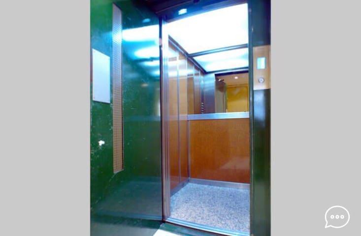 Amplio ascensor para el equipaje