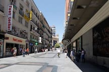 A dos minutos de la calle preciados , zona comercial