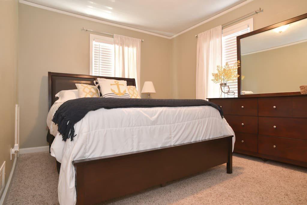 Guest Bedroom (Queen bed & TV with cable)