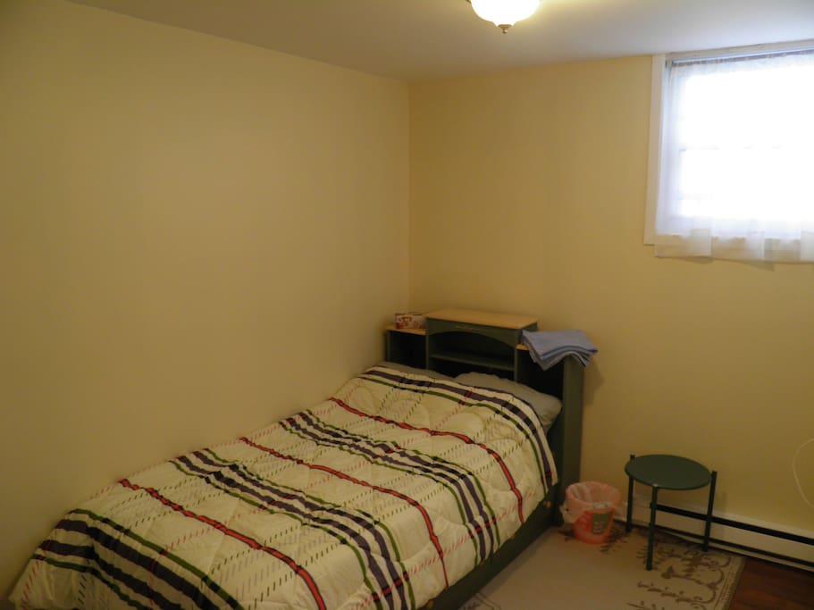 Chambre lit simple au centre ville appartements louer for Chambre a louer sherbrooke