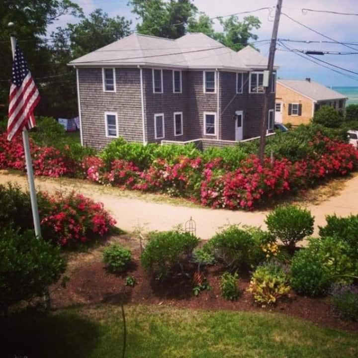 Fabulous Cape Cod 4 BR, super view, steps to Bay
