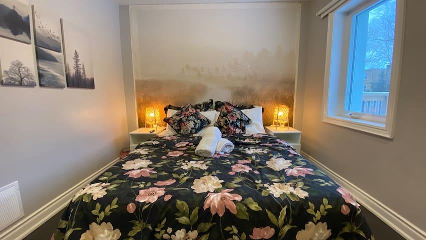 Master Bedroom plus Bathtub with Sunny Garden View