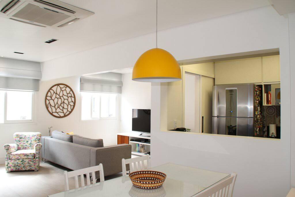 Ampla sala arejada e integrada com a cozinha