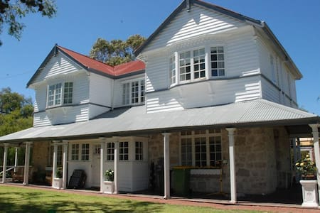 BUSSELTON HOUSE ACCOMMODATION  (Beachgrove Estate) - Geographe