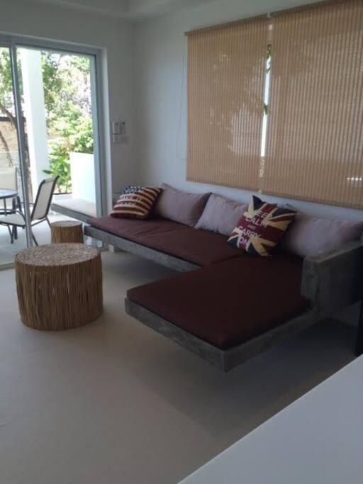salon moderne équipé de la climatisation, d'un ventilateur et d'une belle TV