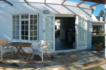 Charming Hermanus Garden Cottage - Hermanus