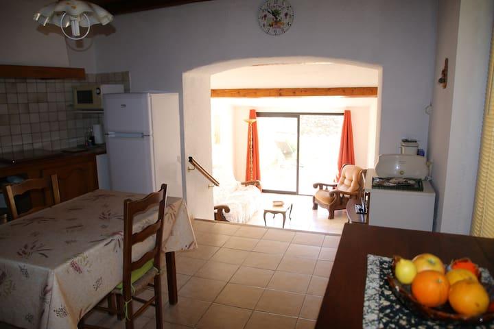 cuisine avec accès au salon et à la terrasse