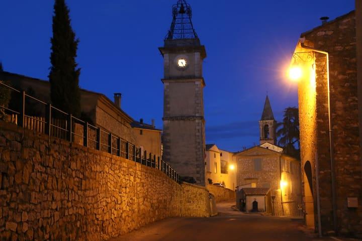 Rue principale du village un soir d'été.